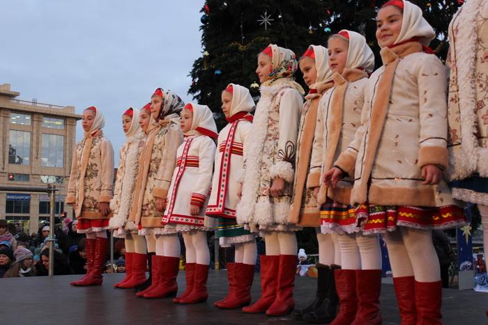 Також на свято завітав Святий Миколай у супроводі янголяток та дитячого  хору c4616637d4daf