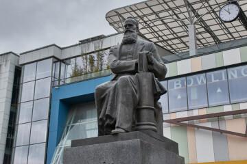 Лучани квітами вшанували пам'ять Михайла Грушевського