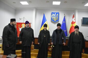 У міській раді звучали колядки і щедрівки у виконанні священнослужителів Свято -Троїцького кафедрального собору