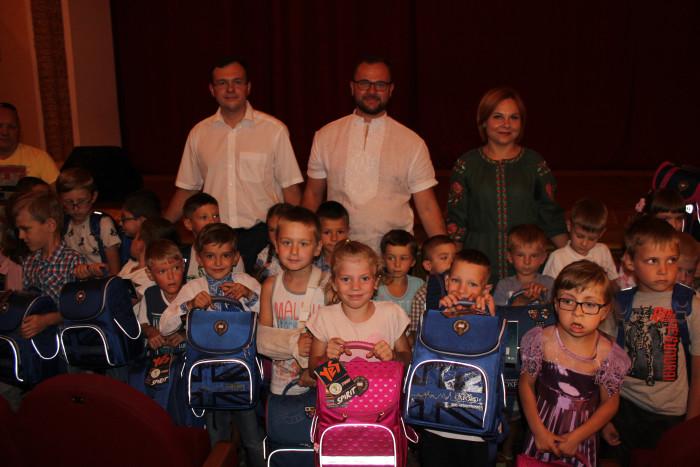 50 родин, що потребують особливої соціальної підтримки, отримали подарунки до нового навчального року