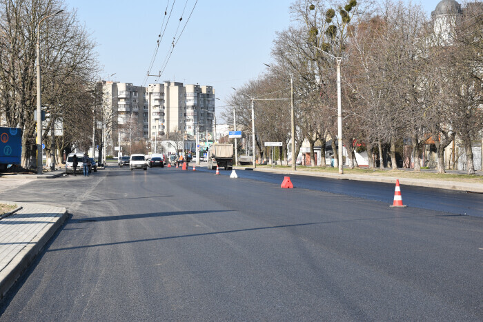 Works on laying the top layer of asphalt on the part of Rivnenska Street are being completed