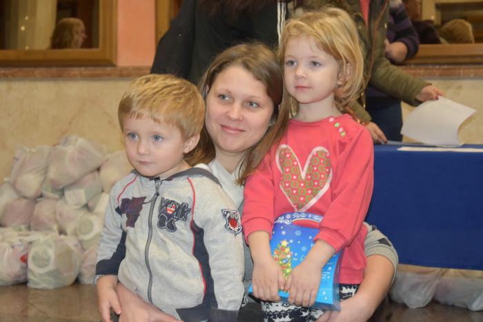 Сім'ї, які опинилися в складних життєвих обставинах, отримали продуктові набори та солодкі подарунки