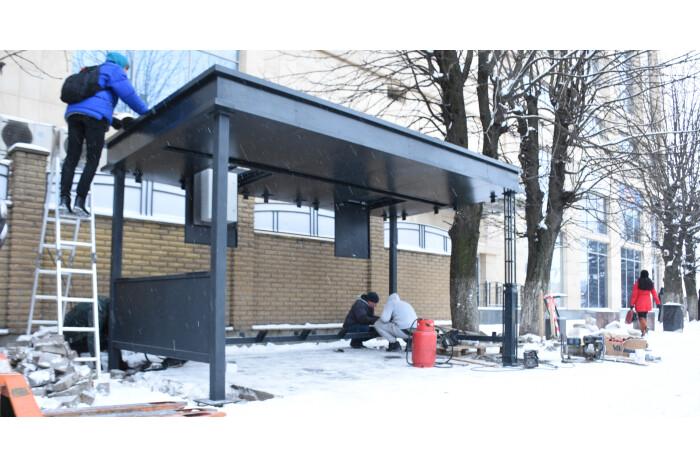 """Розпочалося встановлення першої """"розумної зупинки"""" у Луцьку"""