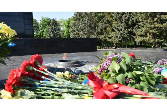 Керівники міста поклали квітів до братських могил та пам'ятних місць