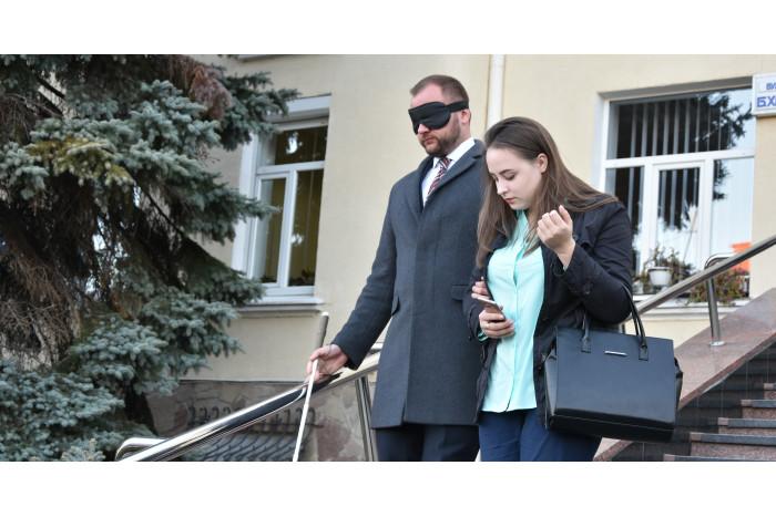 Представники міської влади перевірили, як адаптовані вулиці Луцька для людей із вадами зору