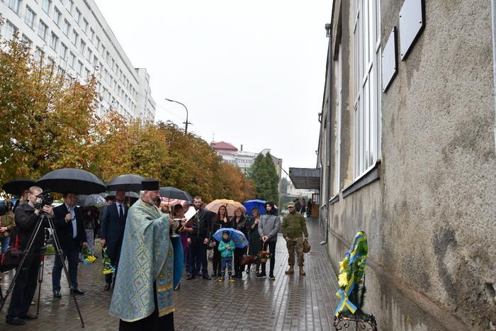 На приміщенні навчально-виховного комплексу № 9 відкрили меморіальну дошку Герою Максиму Гринчишину