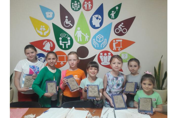 """У Луцьку відбулось арт-терапевтичне заняття для дітей з інвалідністю """"Літні квіти"""""""