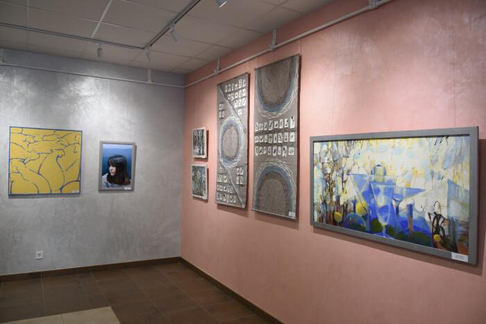 У Луцькій художній школі виставка творчих робіт її викладачів