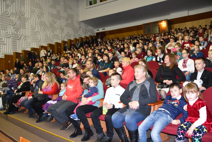 500 школярів та дошкільнят отримали подарунки з нагоди свята