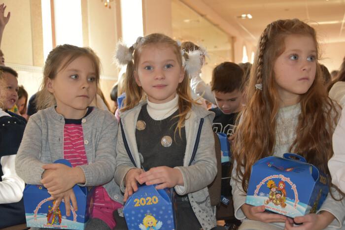 """Представники міської влади привітали з новорічними святами учнів спеціалізованої приватної школи """"Скарбниця мудрості"""""""