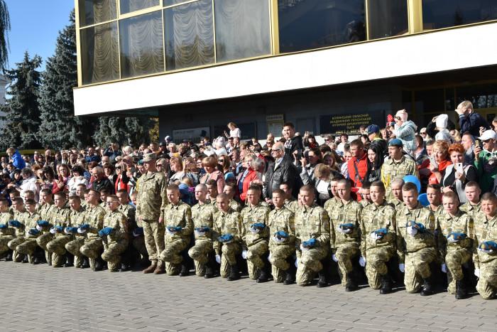 На Театральному майдані відбулася посвята у ліцеїсти учнів Волинського обласного ліцею з посиленою військово-фізичною підготовкою імені Героїв Небесної Сотні