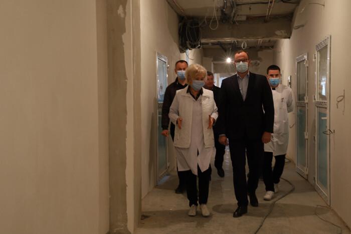 Міський голова Ігор Поліщук ознайомився із ходом ремонтних робіт у КП «Луцька міська клінічна лікарня»