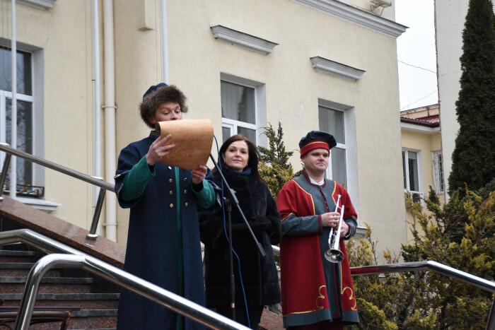 У Луцьку відбулося театралізоване дійство, під час якого кликун підписав угоду з міською радою та виконав перший ритуал сурмління
