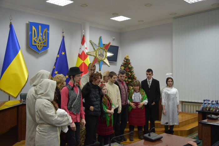 Вихованці ГО «Джерело життя» привітали працівників Луцької міської ради із святами